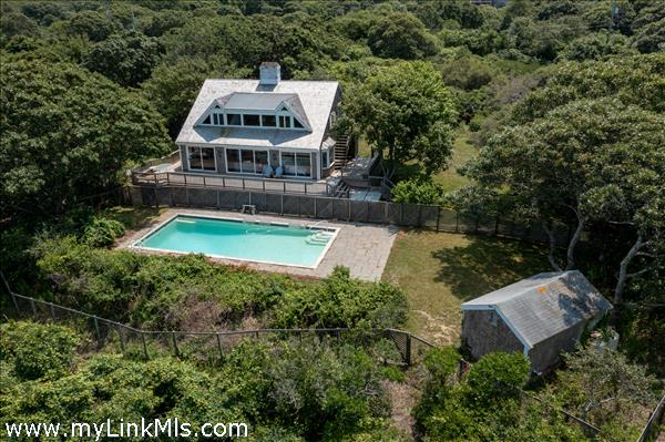 4 bedroom house with pool and private beach
