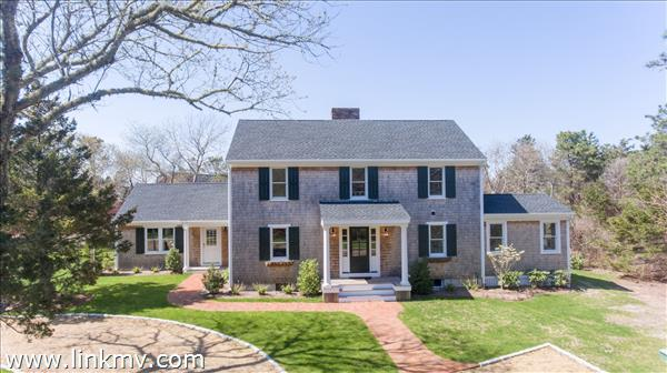 Newly renovated 4 bedroom, 4.5 bath walk to town Colonial