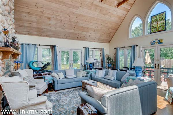 Spacious vaulted ceiling