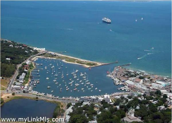 Easy stroll to nearby beach, harbor and town. Quick access to Falmouth with multiple ferries out of Falmouth.